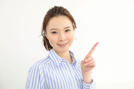 職場の人間関係の改善方法を紹介する女性
