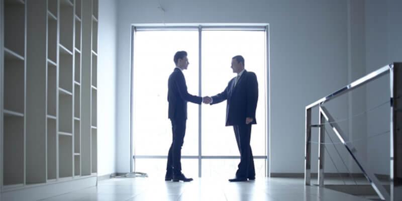 認め合う二人のビジネスマン