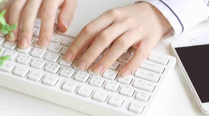 メールを打つ女性