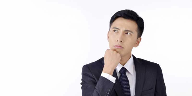 会社を辞めるか悩む男性