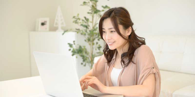 SNSシェアボタンを設置する女性