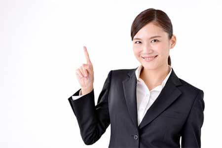 青色申告承認申請書の説明をする女性