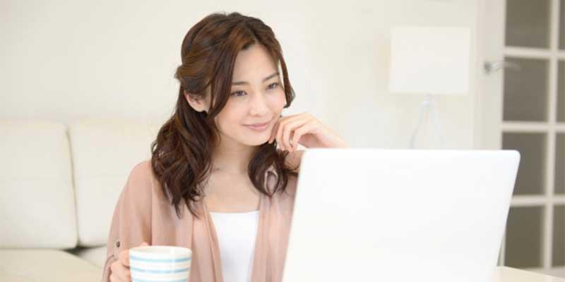 Windows10の標準ブラウザーEdgeを変更している女性