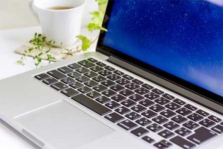マカフィーにサイト評価を申請するパソコン