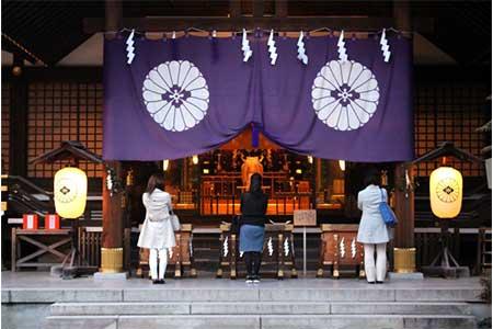 謎多き神社で参拝する人