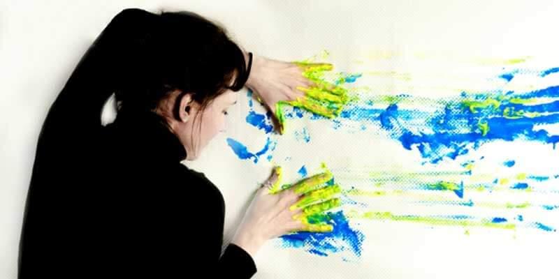 芸術家肌の女性