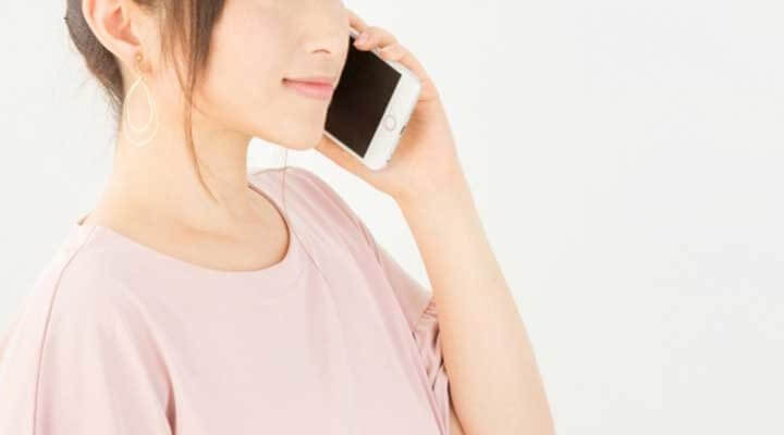 長電話に迷惑している女性