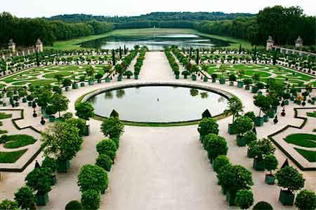 シンメトリー(左右対称)のベルサイユ宮殿の庭園