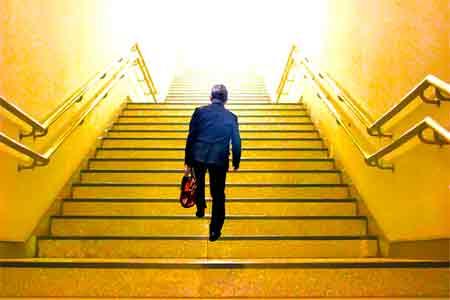 処世術のもと出世の階段を上る男性