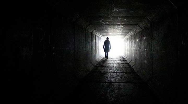 闇の中の光を目指す