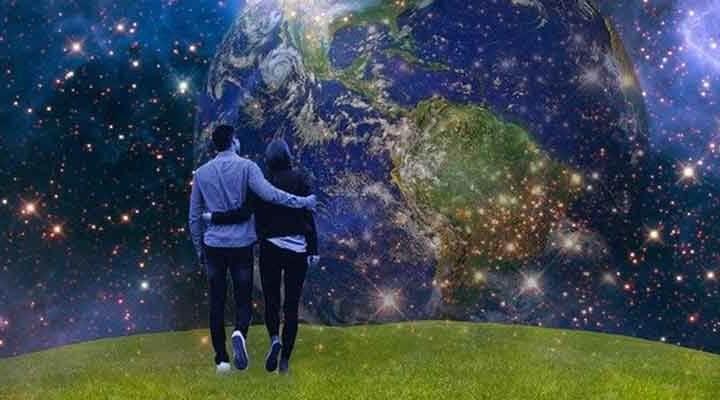 地球を見つめる男女