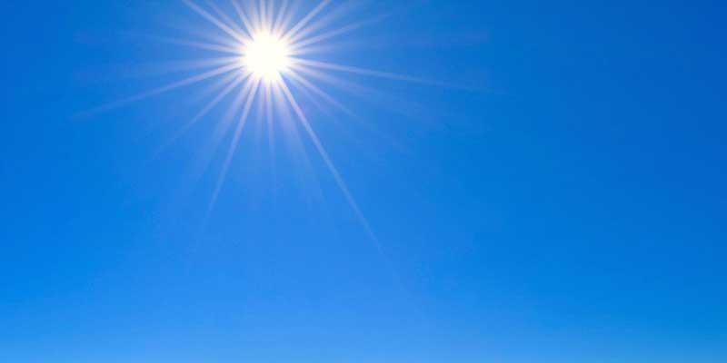 雲一つない青空と太陽