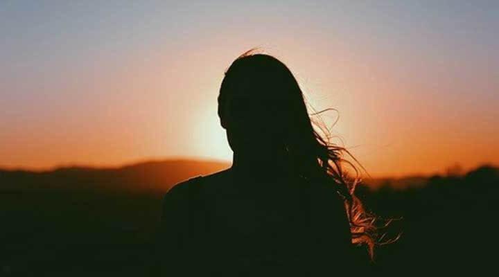 光(愛)と信念を持って未来を見つめる女性