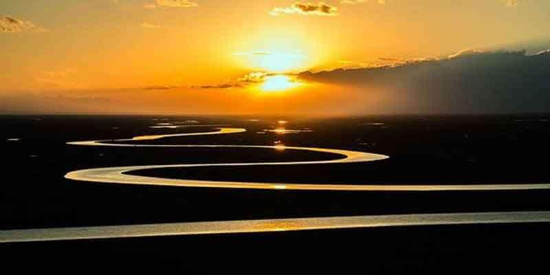 太陽で金色に輝く流れ(龍)